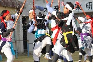 紙吹雪が舞う勇壮な棒踊り=25日、喜界町の旧荒木小学校