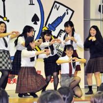 多彩なパフォーマンスで会場を沸かせた学生たち=17日、奄美看護福祉専門学校