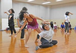 プロのダンサーと共に即興ダンスに取り組んだ参加者=23日、奄美市名瀬