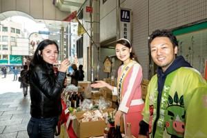 「黒糖焼酎の豊かな香りは癒やしのアロマ効果もあります」とPRするミス奄美黒糖焼酎の宮原加代子さん(中央)=1日、大阪市北区