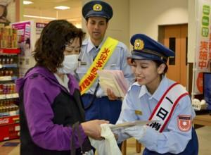 スーパーの買い物客に住警器設置などを呼び掛ける1日消防長の三浦瀬奈さん(右)=9日、奄美市名瀬
