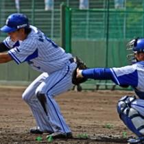 スクイズ練習に取り組む神里和毅外野手(左)=14日、名瀬運動公園市民球場