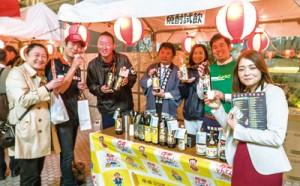 多くの来場者でにぎわう奄美黒糖焼酎のブース=1日、東京都千代田区有楽町