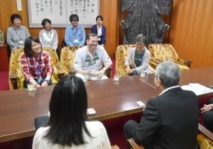 朝山毅奄美市長を表敬訪問したツアー参加者ら=19日、奄美市役所