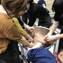 多くの来場者でにぎわった本場大島紬の泥染め体験ブース=3日、福岡市(提供写真)