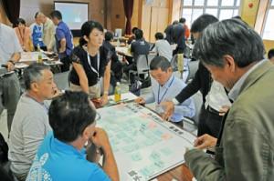 ワークショップで奄美大島観光推進の課題を話し合う勉強会参加者=1日、奄美市