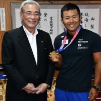 カヌーのアジア大会で総合優勝し、朝山奄美市長に結果を報告した白畑(右)=16日、奄美市名瀬