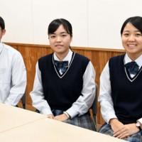 県高校美術展で上位に入賞した(右から)徳田さん、福さん、赤﨑さん=16日、徳之島高校