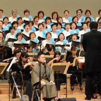 島唄をクラシックにアレンジした楽曲「ベルスーズ奄美」を披露する出演者=18日、奄美市名瀬