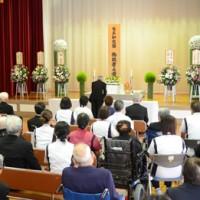 391人の冥福を祈り、偏見のない社会づくりを誓った合同慰霊祭=15日、奄美市名瀬