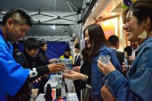 女性や外国人来場者にも人気だった奄美黒糖焼酎コーナー=1日、鹿児島市東千石町の天文館通り