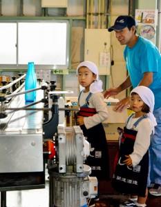 焼酎工場の仕事体験などがあった開運酒造のれんと蔵祭り=11日、宇検村湯湾