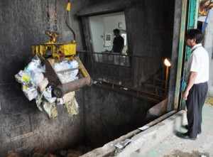 再稼働した喜界町クリーンセンター。ごみを焼却炉へと運ぶクレーン=21日、喜界町湾
