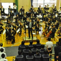 生徒に音楽の魅力を伝えた大阪交響楽団=5日、奄美市笠利町の赤木名中学校