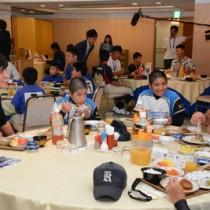 会食を楽しむ横浜DeNAベイスターズの選手と児童ら=13日、奄美市内のホテル