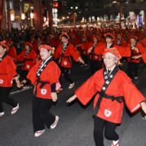 軽快な踊りを披露する鹿児島奄美会のメンバー=2日、鹿児島市の天文館