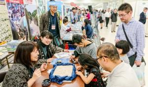 さまざまな移住相談が寄せられた奄美群島ブース。「星砂探しコーナー」も人気だった=18日、東京豊島区池袋