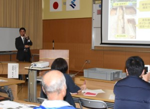 発掘調査の成果を報告した県立埋蔵文化センターの湯場﨑さん=22日、奄美市名瀬