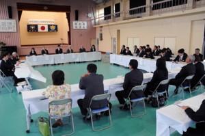 地域の保護者や住民を招いて開かれた意見交換会=13日、龍郷町の龍北中学校