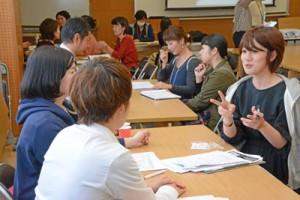 子育て中の女性と企業のマッチングセミナー「ジョブカフェ」。初開催で約70人が来場した=23日、奄美市名瀬