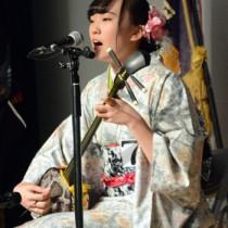 協会賞争奪戦で野茶坊節を歌う岩﨑日向子さん=25日、瀬戸内町きゅらしま交流館