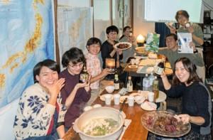 島の特産品を囲み、積極的な意見交換が行われた会場=19日、東京都品川区