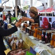 果樹の加工品も人気を集めた奄美のブース=30日、鹿児島市