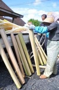 芭蕉布作りの最初の工程、ウーハギを行う職人ら=13日、知名町