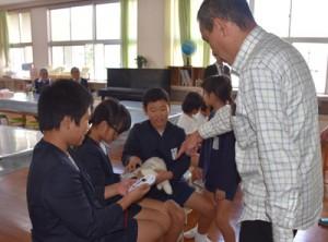 ぬいぐるみを使ってマイクロチップの読み取りを体験する児童ら=7日、名音小学校