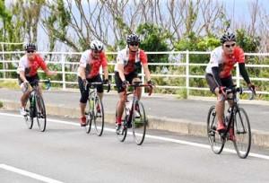 旅行商品造成に向け、島内をサイクリングする高さん(右から2人目)ら=22日、伊仙町阿三
