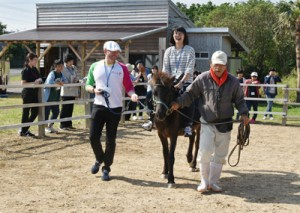 ②乗馬体験などを行った奄美大島FAMトリップ=18日、奄美市笠利町のあやまる牧場