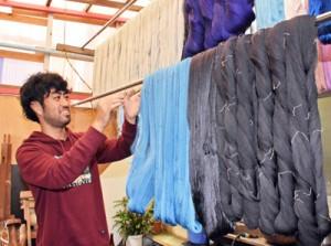 「伝統工芸の魅力を若者に伝えたい」と話す祐樹さん=10月11日、鹿児島市