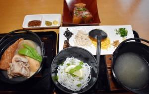 郷土料理の鶏飯をアレンジした「鶏飯フォー」や豚の角煮