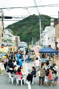 幅員が広がった都市計画道路も歩行者天国になり、軽トラ市などを開催=3日、奄美市名瀬