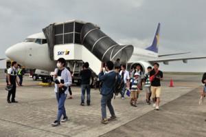 就航したスカイマークの鹿児島―奄美便から降り立つ乗客=8月1日、奄美市笠利町の奄美空港