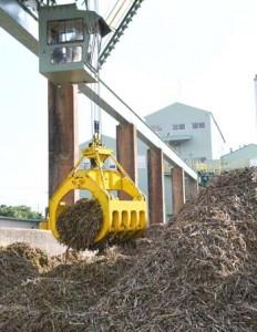 今期の製糖を開始した大型製糖工場=21日、徳之島町