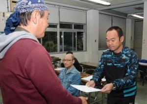 奄美群島認定エコツアーガイドの認定証を受け取る新規認定者=12日、奄美市市名瀬