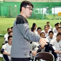 投球姿勢などについて解説する筑波大学硬式野球部の川村監督=26日、奄美市名瀬