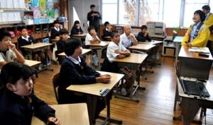 明治維新などの歴史や郷土の偉人について学んだ訪問講座=10日、和泊町の国頭小