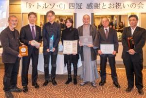 祝賀会に臨んだ山下さん(右から3人目)ら=11日 東京・原宿