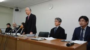 中学1年生の自殺について調査報告を作成、会見する第三者委員会の内沢委員長(右から3人目)=9日、奄美市役所