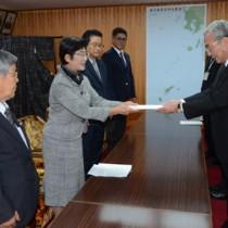 朝山市長に政策提言書を手渡す師玉議長(左から2人目)=6日、奄美市役所
