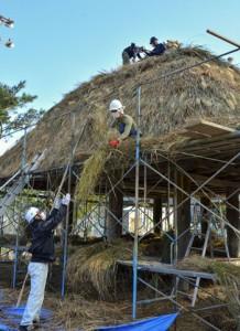 協力して高倉のふき替え作業を進める中村さんら=25日、龍郷町浦