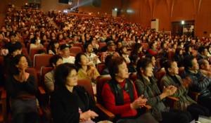 NHK大河ドラマ「西郷どん」PVで歌やトークを楽しむ聴衆=16日、龍郷町のりゅうゆう館