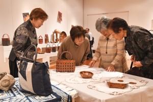 珠玉の100点が並ぶ「荒波老娘の会」の手作り作品展=23日、奄美市笠利町
