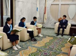 省エネの取り組みを発表する久保さん(左手前)と德重君(左から3人目)=26日、鹿児島市の県庁