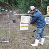 輪禍被害を防ごうと、減速を呼び掛ける文書を設置する徳之島地区自然保護協議会のメンバー(提供写真)