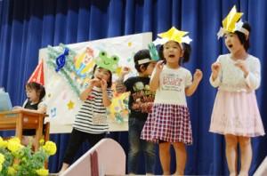 元気いっぱいに合奏と歌を披露する園児たち=2日、奄美市住用町
