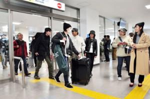 帰省客で混雑する到着ロビー=29日、奄美市笠利町の奄美空港
