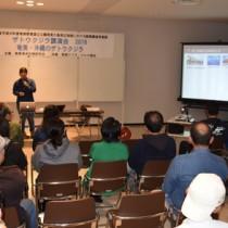 ザトウクジラの生態などを紹介した講演会=16日、奄美市名瀬の奄美博物館